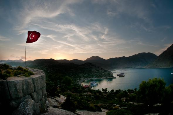 The Turkish flag flies over an inlet in the eastern Mediterranean Sea. (Flickr/Clive Rogers, https://flic.kr/p/cjcPyY; CC BY-NC-ND 2.0, https://creativecommons.org/licenses/by-nc-nd/2.0/)